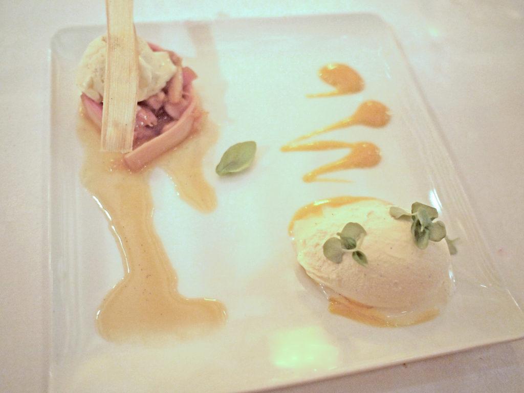 Rabarber met mango en vanille-ijs